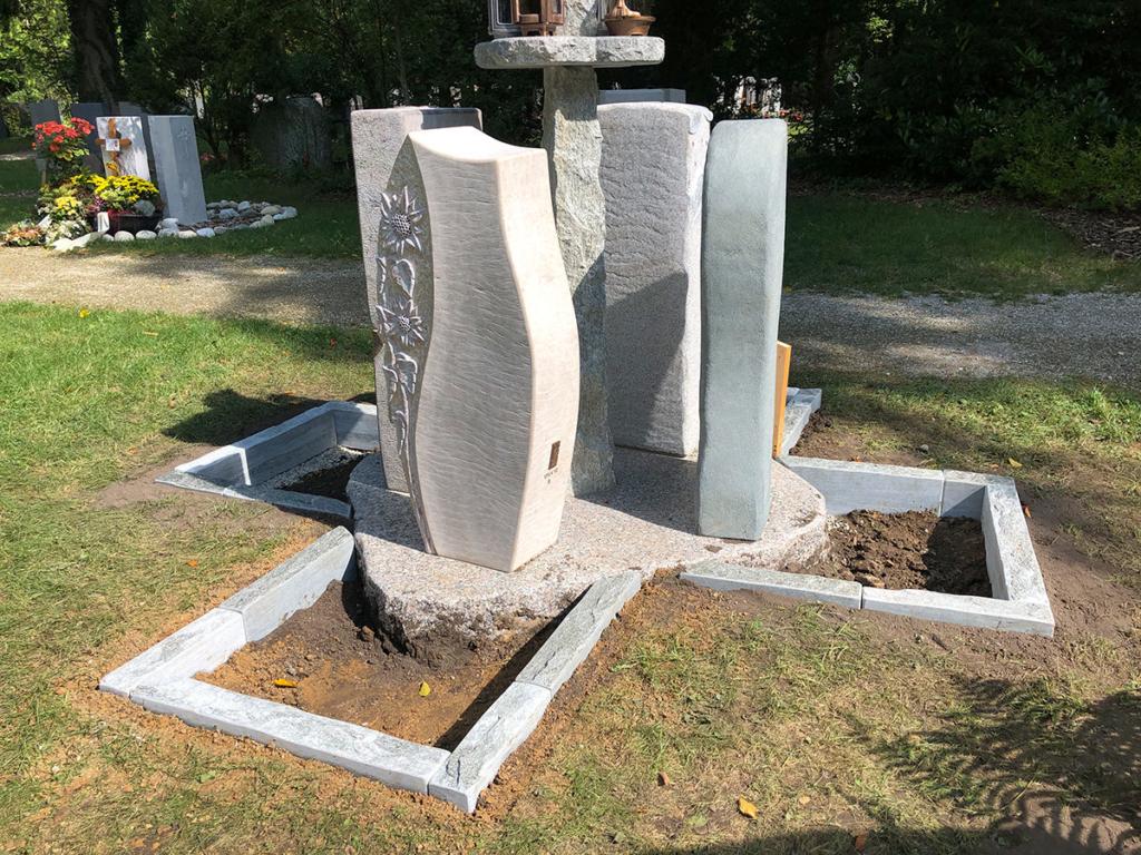 Urnen-Monumente mit Urnen-Laterne - Franke Naturstein