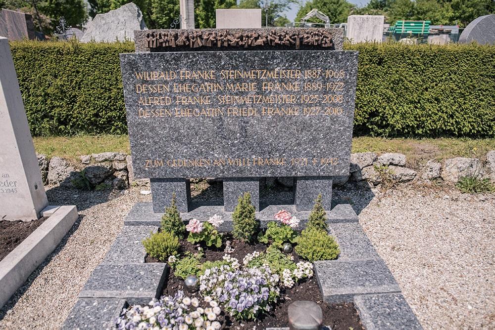 Franke Naturstein - Grabdenkmal 28